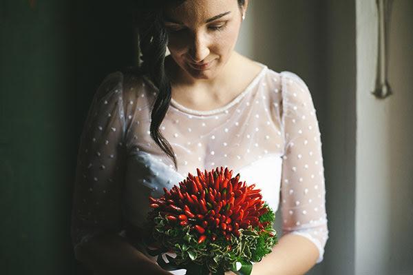 bouquet con i peperoncini per una sposa anni 50