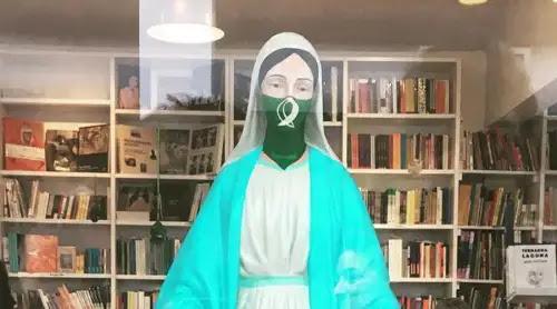 Pintan pañuelo verde pro aborto en imagen de la Virgen para una muestra feminista