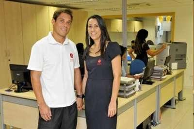 Carlos e Cintia começaram o namoro no laboratório em que trabalham. Hoje, casados, criaram regras próprias   (Antonio Cunha)