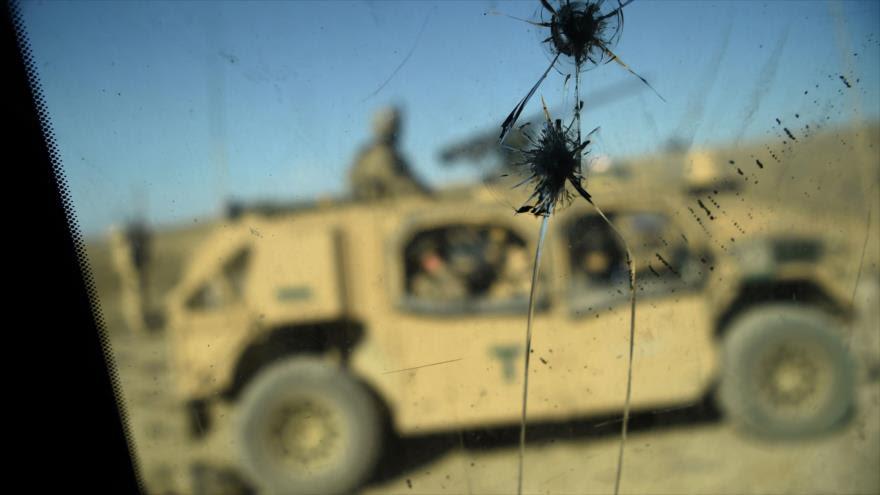 Soldados estadounidenses, vistos a través de la ventanilla rota de un vehículo en la provincia afgana de Nangarhar, 7 de julio de 2018. (Foto: AFP)