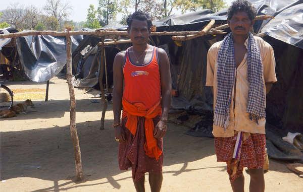 Questi indigeni sono stati sfrattati illegalmente dalla riserva delle tigri di Similipal, e si sono ritrovati a vivere in povertà sotto teloni di plastica.