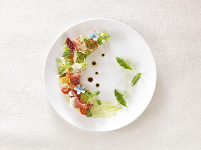 季節の野菜を様々な仕立てに~生ハムとトマト レモン香るバルサミコソース~(オリジナルの玉露塩を添えたもの)