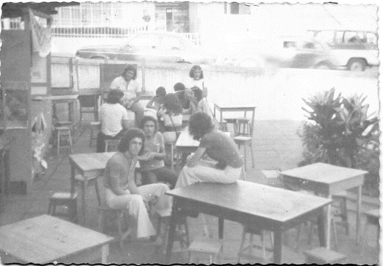 Barraca do Caixinha - Festa das Barraquinhas - agosto de 1974. Na mesa do fundo estão Paulo Ludovico, Glayde, Simone Quadros, Cilene, Fádua. Na mesa da frente, Zanata e outros colegas.