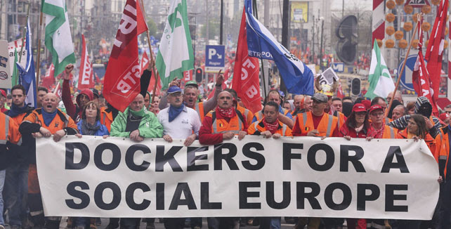 Pancarta de la protesta convocada convocada por la Confederación Europea de Sindicatos (ETUC) en contra de las medidas de austeridad y recortes para afrontar la crisis económica, en Bruselas.