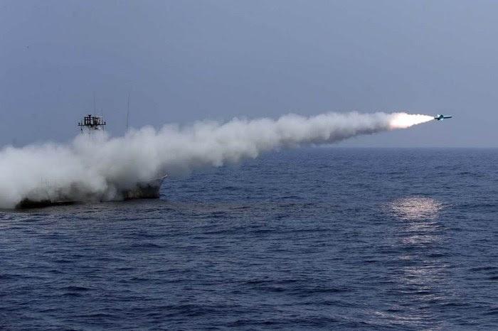 إطلاق صاروخ نصر إيراني من سفينة بالقرب من مضيق هرمز (أ ف ب).