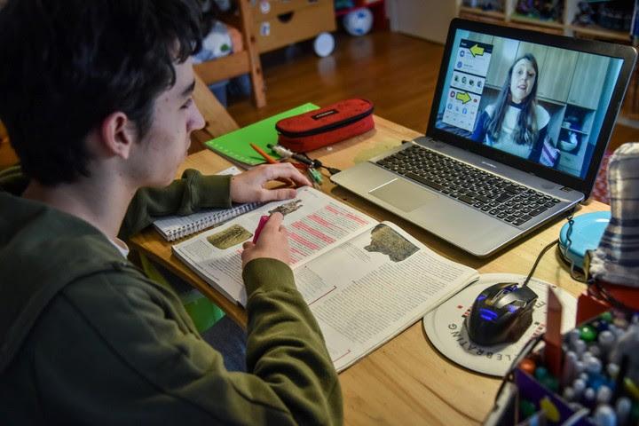 A pesar de que se decidió que todos los alumnos pasen de grado por decreto , el ministerio de Educación de Italia anunció se evaluará su desempeño más adelante. / EFE
