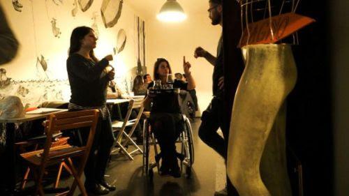 Garçonete cadeirante ajudou donos do bar a adaptar o local