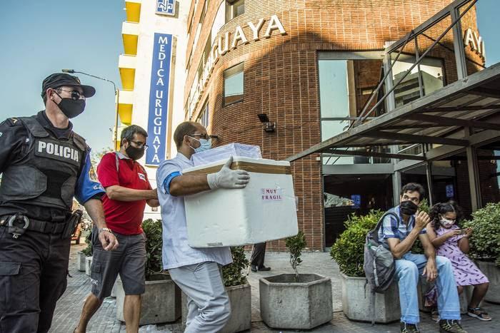 Traslado de vacunas a la Médica Uruguaya (archivo, febrero de 2021).
