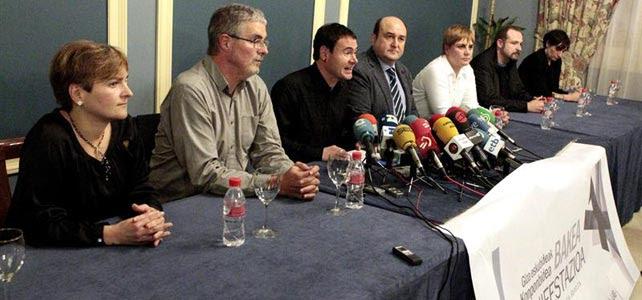 Rueda de prensa ofrecida por las organizaciones políticas y sindicales que han convocado la protesta de mañana en Bilbao.