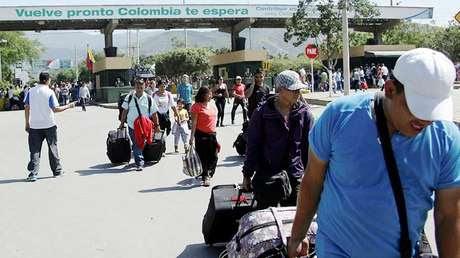 Un grupo de personas entran a Colombia desde Venezuela a través del puente internacional Simón Bolívar en Cúcuta.