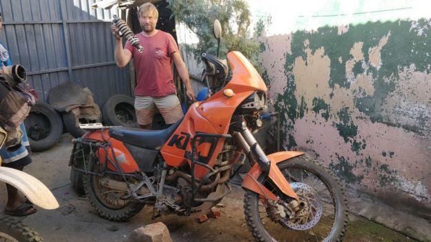 Kristo Kaarmann com sua moto na Tanzânia no Natal do ano passado