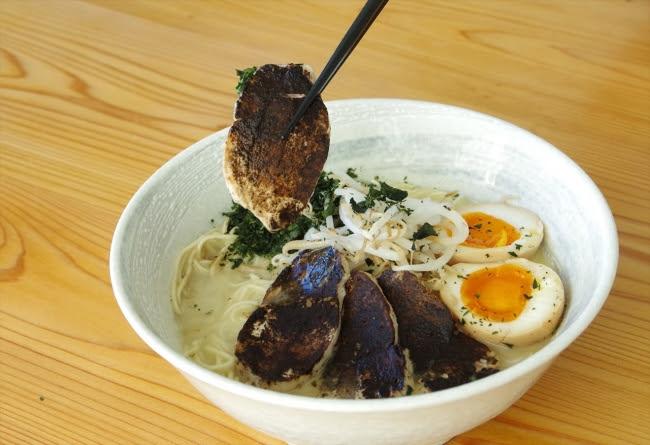 鶏むねチャーシューにたっぷりとほうじ茶パウダーをまぶして。 パウダーがスープに溶け込み味のグラデーションを楽しめる