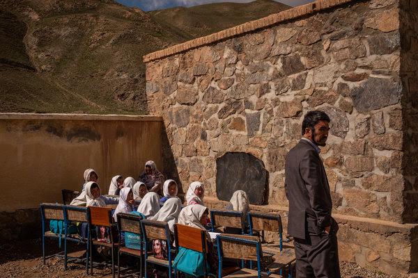 Estudiantes de primer año en el colegio Rustam, ubicado en una zona remota de Afganistán, y el director de la escuela, Mohammad Sadiq Nasiri
