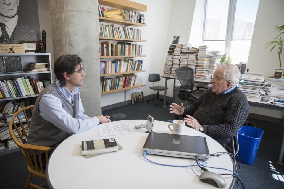 Jorge Majfud y Noam Chomsky.