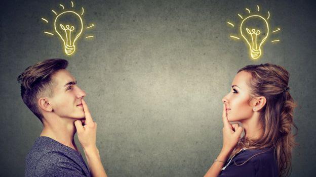 Homem e mulher com uma lâmpada desenhada sobre suas cabeças