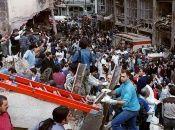 Cientos de personas de la comunidad judía, se acercaron al lugar del atentado para remover los escombros.