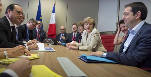 Imagen del encuentro del primer ministro griego, Alexis Tsipras, con la canciller alemana Angela Merkel, y el presidente francés, Francois Hollande, en Bruselas, antes de la segunda jornada de la cumbre de la UE. REUTERS