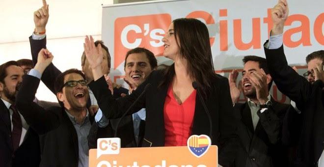 La candidata a la presidencia de la Generalitat por Ciutadans, Inés Arrimadas, y el líder del partido, Albert Rivera, durante la rueda de prensa para valorar los resultados de la formación./ EFE