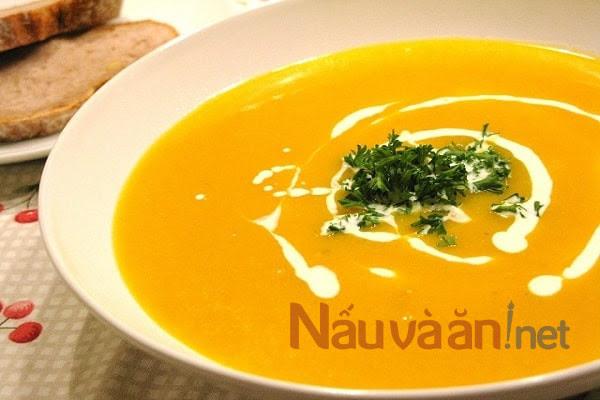 hoàn thành món súp bí đỏ