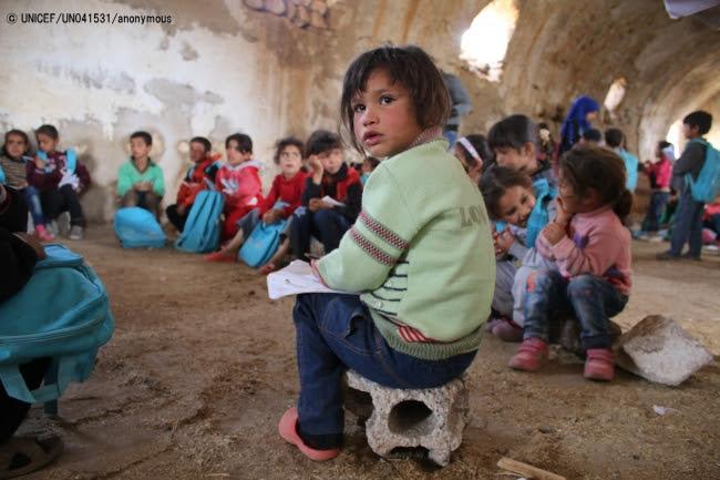 シリア・ダラア市の仮設学校で勉強する子どもたち(2016年11月撮影)(C) UNICEF_UN041531_anonymous