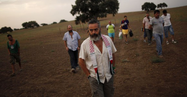 El alcalde de Marinaleda, Sánchez Gordillo, en una finca andaluza.