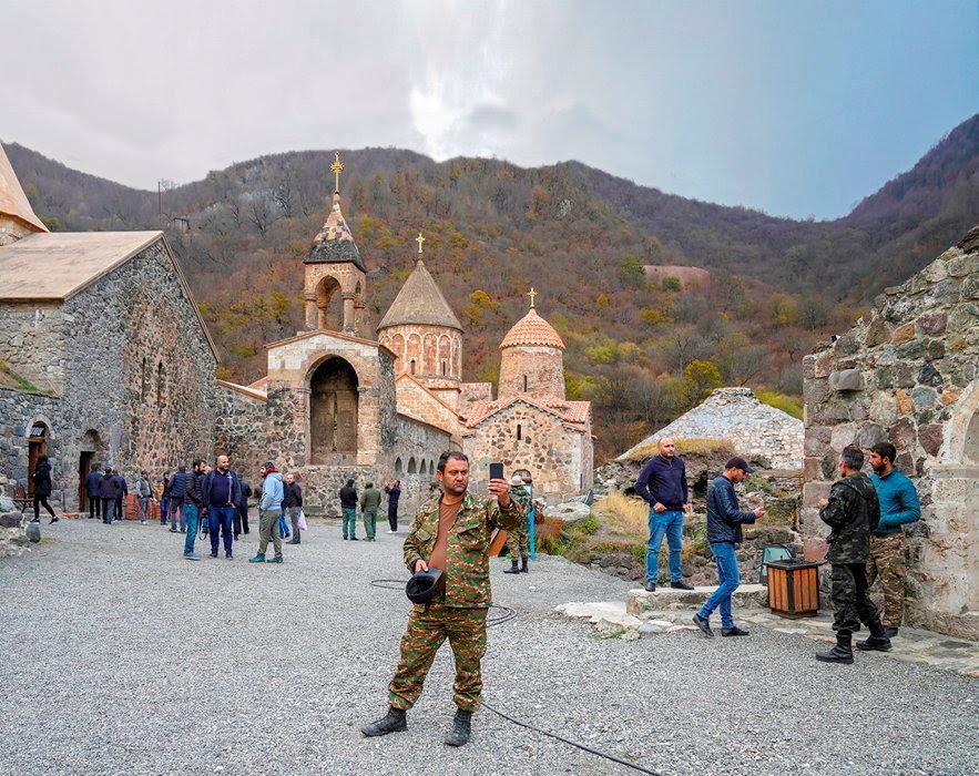 Sacre. Dernier selfie pour un soldat devant le monastere de Dadivank, fierte de l'Eglise apostolique armenienne, dans la region du Kelbajar.