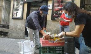 Voluntarios en la puerta del Teatro del Barrio.- GUILLERMO MARTÍNEZ