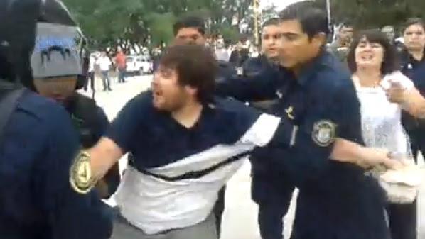 La policía detiene a estudiantes en Santiago del Estero.