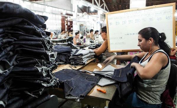 Funcionárias trabalham para cumprir metas da lousa, modelos das peças são definidos pelo varejista (Foto: Lilo Clareto)