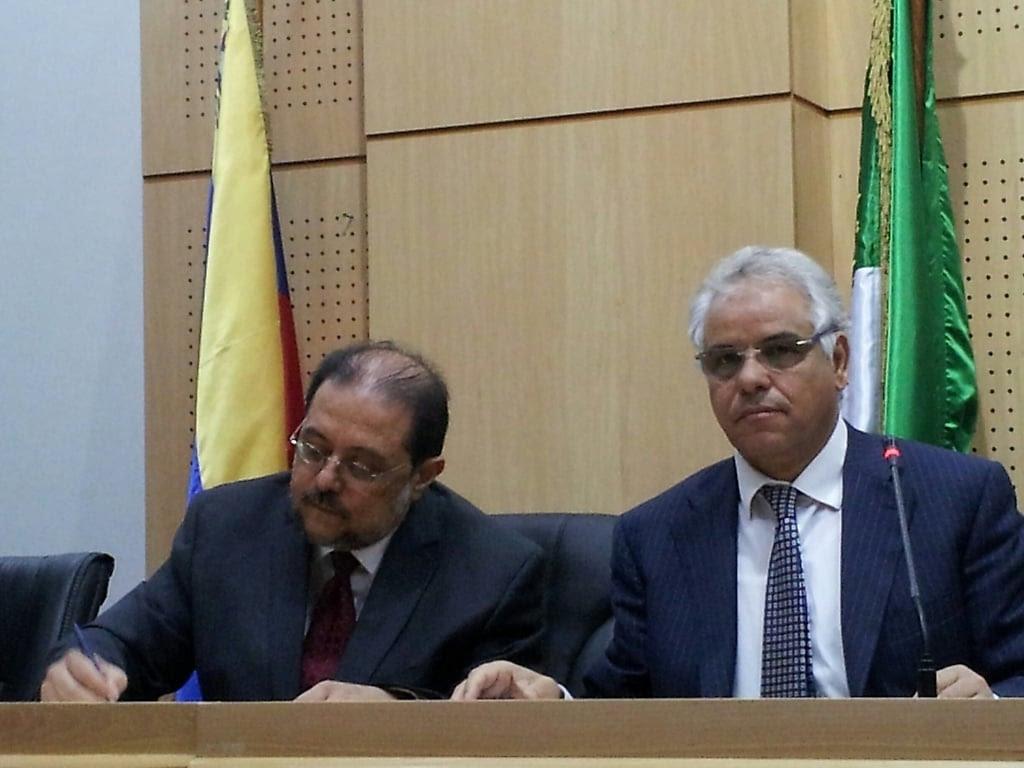 Firma del Libro de Oro de la Universidad de Argel por el Embajador de Venezuela en Argelia, José Sojo