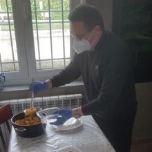 Un sacerdote de Pla de Siero prepara los alimentos para las personas sin techo