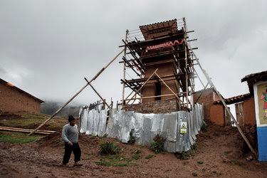 El campanario de la iglesia de Santiago Apóstol en Kuno Tambo, Perú. Construida por los españoles en 1681, se ha debilitado por los terremotos, pero las técnicas tradicionales están ayudando con su restauración.