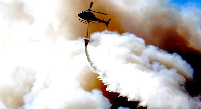 Un helicóptero del gobierno chileno combate un incendio de Valparaíso.