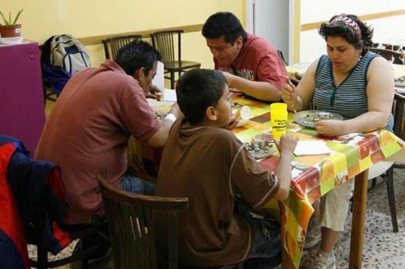 En seis años se ha triplicado el número de hogares españoles con niños, donde ningún adulto trabaja. Imagen de un comedor social en Barcelona. Foto:  Tomada de www.elmundo.es