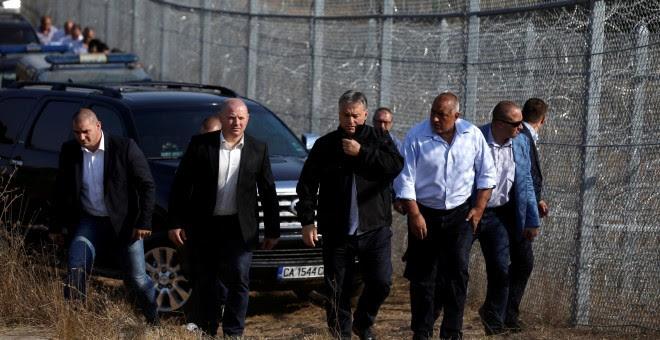Viktor Orban, en el centro, camina junto a la valla construida en la frontera búlgaro-turca, en una imagen de archivo. / REUTERS - STOYAN NENOV