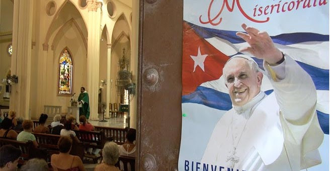 Cartel de bienvenida al Papa Francisco en una iglesia de La Habana.