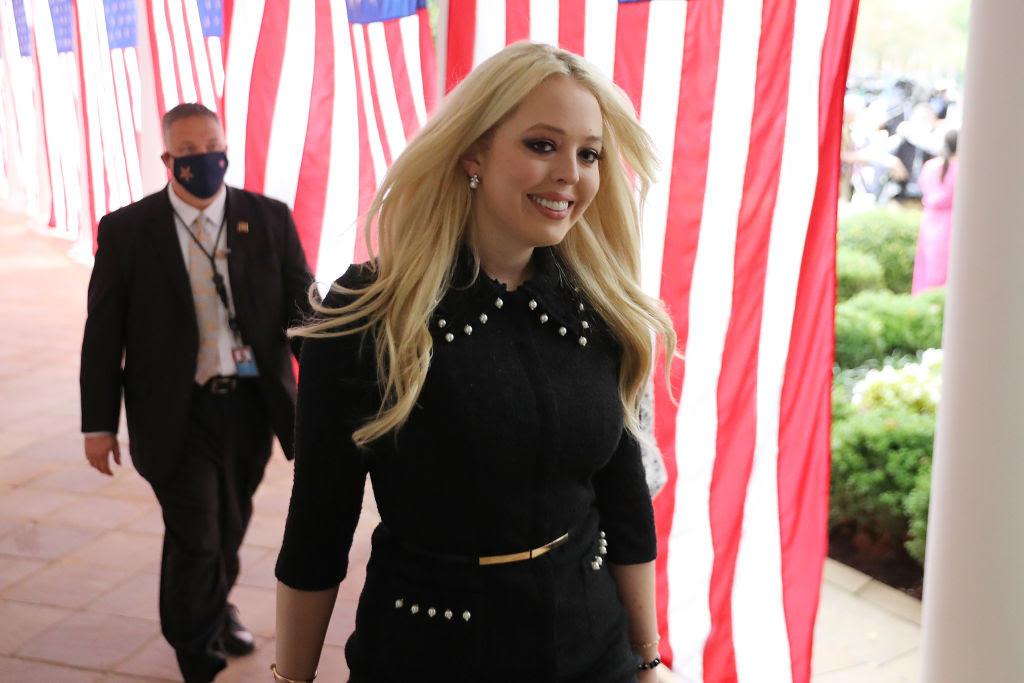 Tiffany Trump, con gái của Tổng thống Donald Trump, đến tham dự một buổi lễ, nơi cha cô sẽ giới thiệu Thẩm phán Amy Coney Barrett, trong Vườn Hồng ở White Nhà ngày 26 tháng 9 năm 2020 tại Washington, DC. (Ảnh của Chip Somodevilla / Getty Images)
