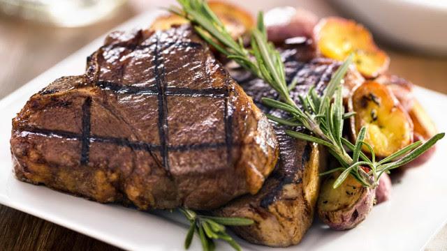 Cinco alimentos que comemos mais no frio e que envelhecem a pele