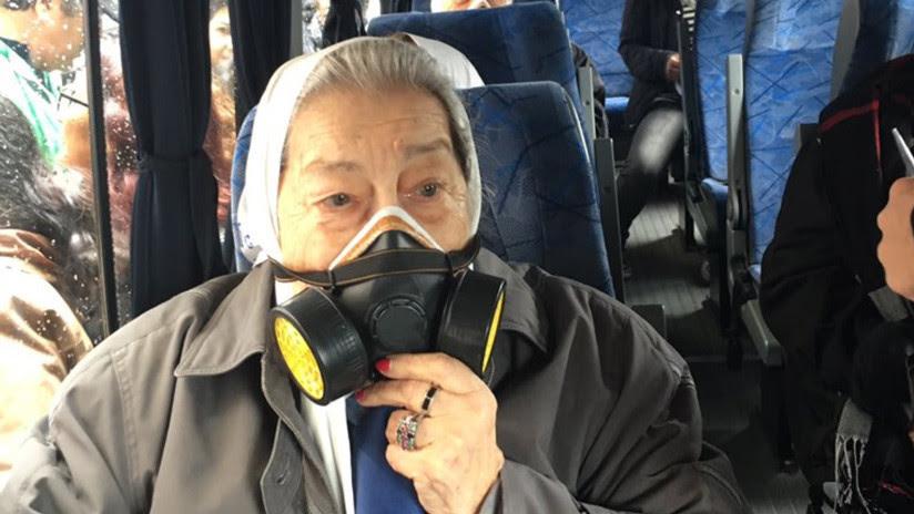 Madres de Plaza de Mayo con máscaras antigás: La imagen viral de las protestas en Argentina