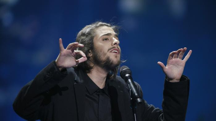 """VIDEO. Eurovision 2017 : découvrez """"Amar Pelos Dois"""", la chanson de Salvador Sobral qui a fait gagner le Portugal"""