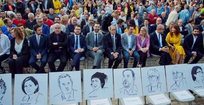 Quim Torra, sus consellers y el presidente del Parlament, Roger Torrent durante el homenaje a los votantes y organizadores del 1-O en Sant Julià de Ramis. - EFE