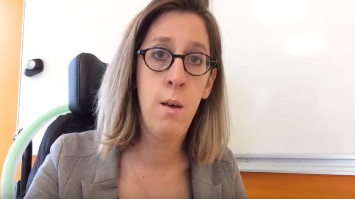 """VIDEO. """"Je vous supplie de nous garantir une place et un avenir en France"""" : une professeure handicapée interpelle Emmanuel Macron"""