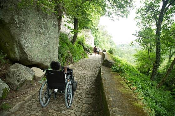 Equipamentos de tração motorizados que se acoplam à cadeira de rodas, auxiliam na subida de trajetos íngremes