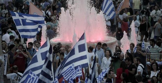 Partidarios del 'NO' celebran la previsible victoria del NO en la plaza Syntagma.- EFE