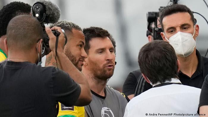 Neymar e Messi conversam com outras pessoas.
