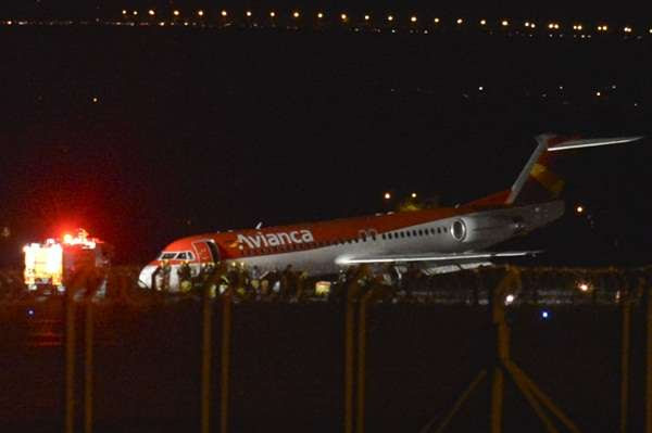 A aeronave ficou com a 'barriga' na cabeceira da segunda pista, a mais nova do aeroporto JK  (José Cruz/Agência Brasil)