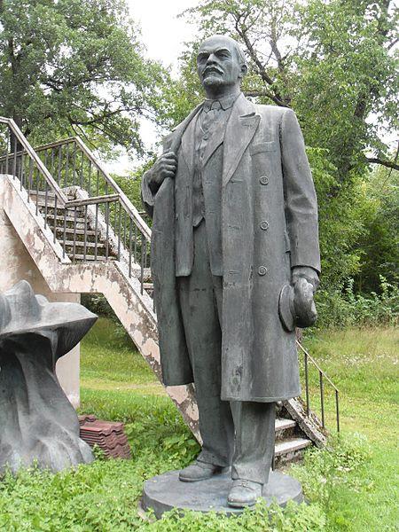 File:Lenin statue 6, Maarjamaë Palace, Tallinn. Estonia.jpg