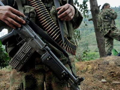 Dos paramilitares en territorio colombiano.