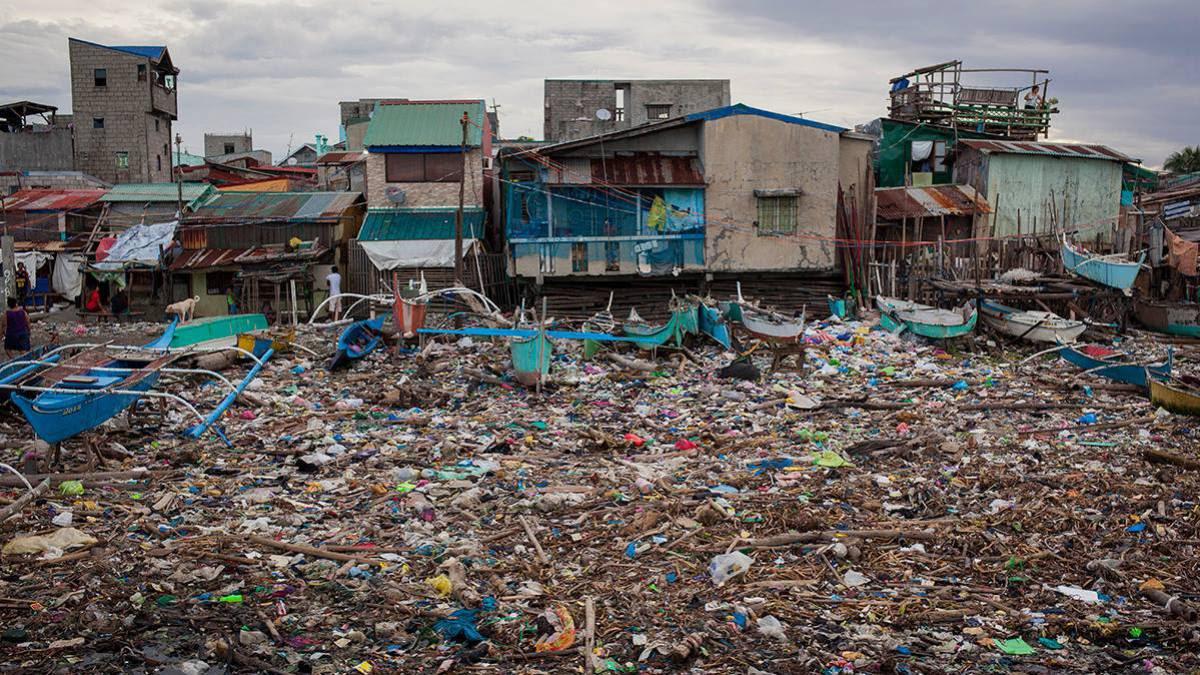 Los pescadores filipinos recogen más plástico que peces