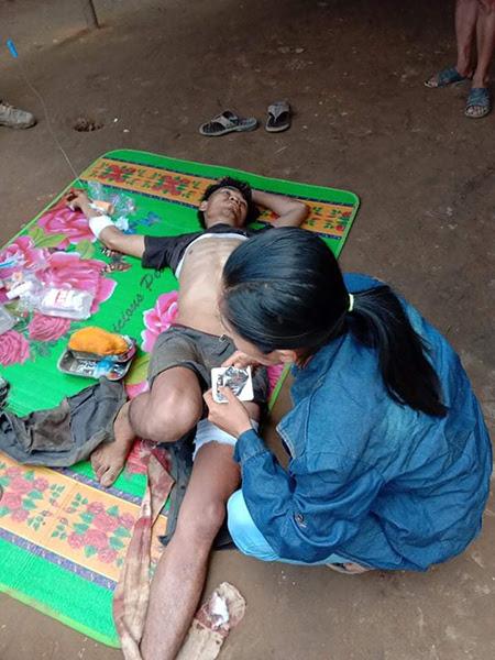 Saw Maw Aye Thân, một nhân viên rừng Karen, bị bắn bởi những người lính Miến Điện quân đội như ông và hai công nhân lâm nghiệp khác cưỡi với nhau trên một chiếc xe máy ở bang Karen, Miến Điện.